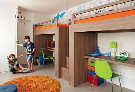 10. Em quartos espaçosos as crianças podem ganhar o seu próprio beliche infantil com escrivaninha.