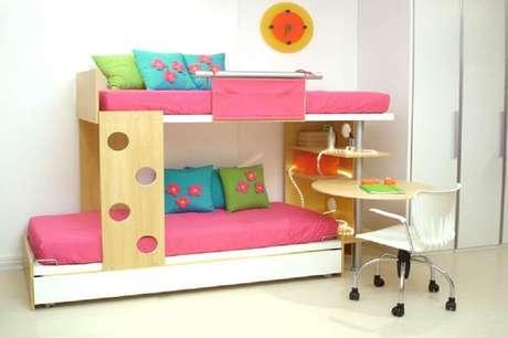 17. O quarto com beliche infantil com escrivaninha pode ganhar cores através das roupas de cama e almofadas.