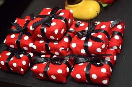 81 – Bem vividos lembrancinhas para festa da Minnie. Fonte: Encontrando Ideias