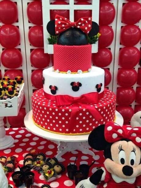 83 – Bolo de andares para festa da Minnie vermelha. Fonte: Blog Atelie Flores e Amores
