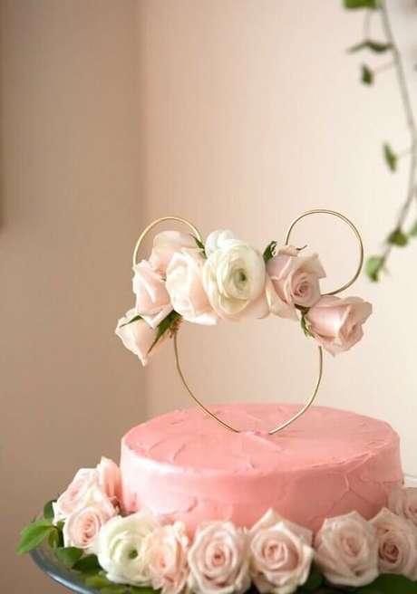 6 – Bolo feito com rosas naturais para decoração de festa da minnie rosa. Fonte: Decor Fácil