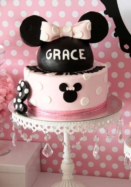57 – Bolo para festa da Minnie nas cores preto e rosa. Fonte: Mil dicas de mae