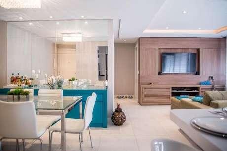 55. Buffet azul Tiffany em sala com móveis brancos. Projeto de Roberta Menna Barreto