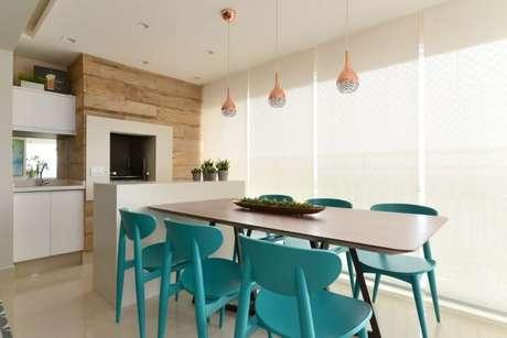 63. Cadeiras azul Tiffany e pendentes metálicos. Projeto de Danyela Correa
