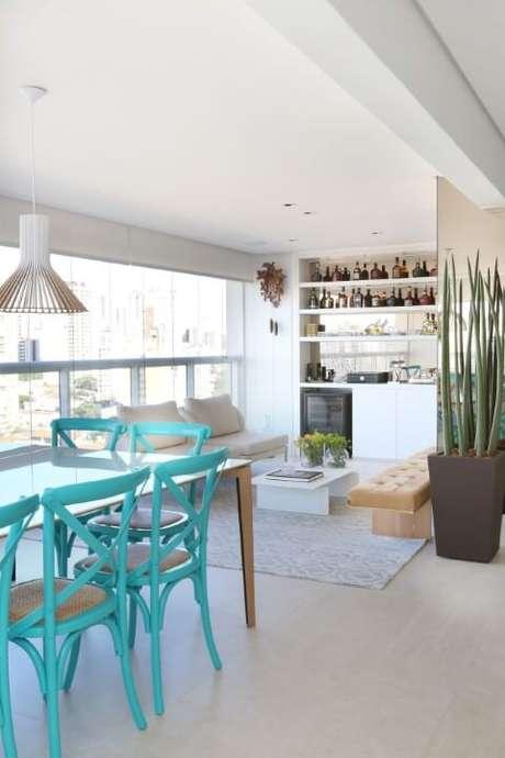 61. Varanda gourmet com cadeiras azul Tiffany. Projeto de SP Estúdio