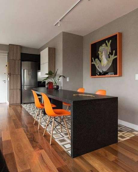 11. Decoração moderna para sala de jantar com parede cinza claro – Foto: Arquitetando Ideias