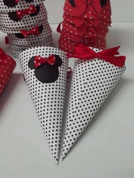 13 – Cone para docinhos com estampas da festa da Minnie vermelha. Fonte: Elo 7