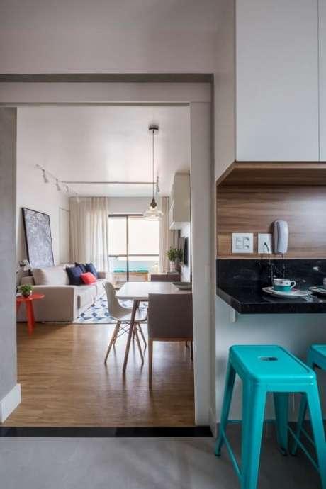 7.As banquetasazul Tiffany deixam a cozinha mais interessante. Projeto de SP Estúdio