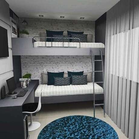 6. O papel de parede é o ponto de destaque na decoração do quarto com beliche com escrivaninha embaixo.