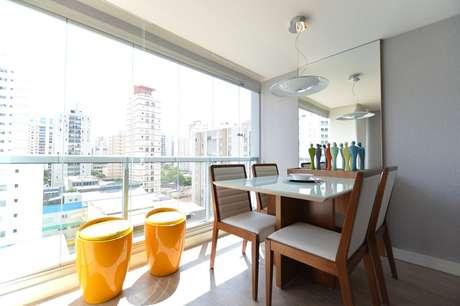 3. Móveis para varanda na decoração com mesa para casa e parede espelhada – Foto: Zark Studio Lab