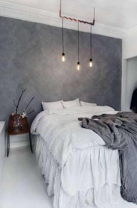 12. Decoração minimalista para quarto de casal com parede cinza e pendente moderno – Foto: Apartment Therapy