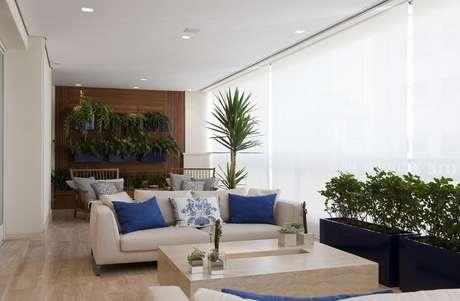 15. Decoração clean com vasos de plantas e sofá, móveis para varanda indispensáveis – Foto: Marcelo Rosset Arquitetura