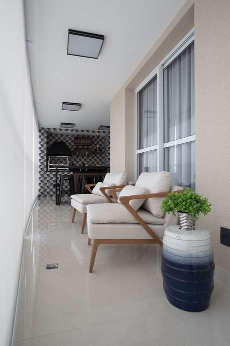 16. Lindo modelo de poltrona para varanda ampla, não pode ficar de fora dos móveis para varanda – Foto: Meet Arquitetura e Interiores