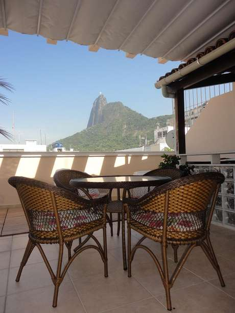 19. Decoração simples com mesa e cadeiras para área externa, lindos móveis para varanda – Foto: Maria Helena Torres