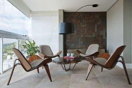 21. Aqui as cadeiras para área externa são o grande destaque da decoração, então invista neles para os móveis para varanda – Foto: Mauricio Gebara Arquitetura
