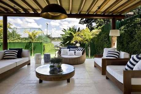 26. Móveis para varanda com decoração clean com móveis para área externa ampla – Foto: Ana Paula Barros