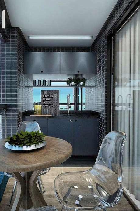 30. Móveis para varanda com decoração moderna com cadeiras de acrílico e mesa para sacada toda cinza – Foto: FirePont