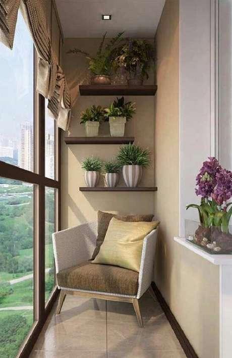 32. Decoração delicada com prateleiras de madeira e poltrona para varanda pequena, lindos móveis para varanda – Foto: Pinterest