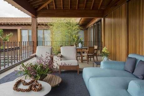 33. Mescle cores diferentes nos móveis para varanda dando um toque mais divertido para a decoração – Foto: Denise Barretto