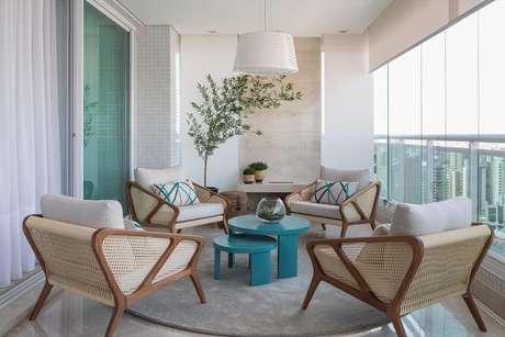 5. Decoração clean com poltronas modernas e mesa para sacada – Foto: Galeria da Arquitetura
