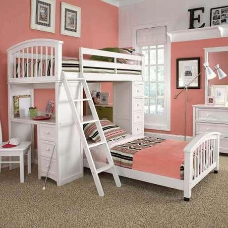 18. O beliche branca deixou a decoração do quarto ainda mais delicada.