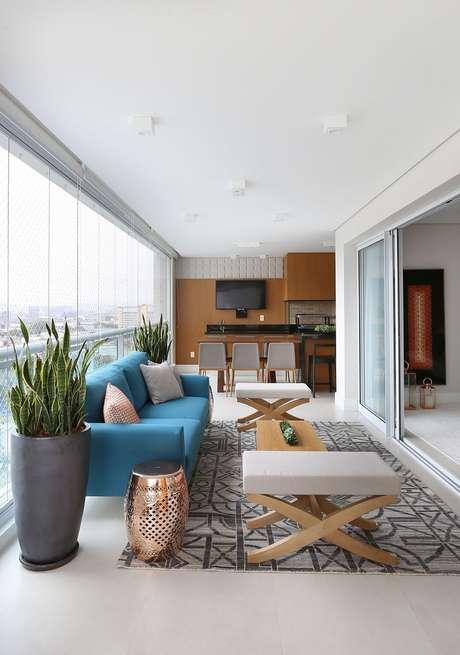 39. O sofá azul deu um toque mais divertido e alegre para a decoração em tons neutros com móveis para varanda planejada – Foto: Renata Popolo