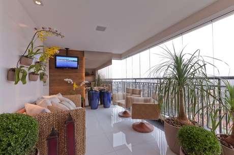 40. Decoração em tons neutros com sofá de vime e poltrona, lindos móveis para varanda ampla – Foto: Marcia Varalla