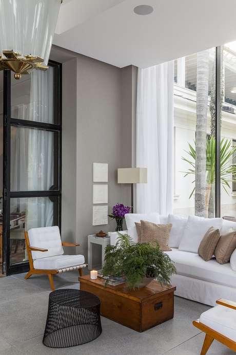 41. Decoração elegante em tons neutros com sofá e poltrona para varanda, os móveis para varanda que são indispensáveis – Foto: Dado Castello Branco