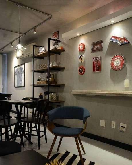 16. Decoração estilo industrial com parede cinza de cimento queimado – Foto: LR Arquitetura
