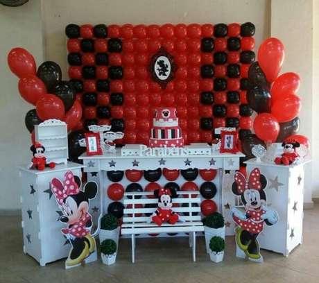 21 – Decoração infantil da festa da Minnie nas cores vermelho, branco e preto. Fonte:Pinterest