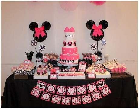 60 – Decoração de festa da Minnie mesclando as cores preto, rosa e branco. Fonte: Mil dicas de mãe