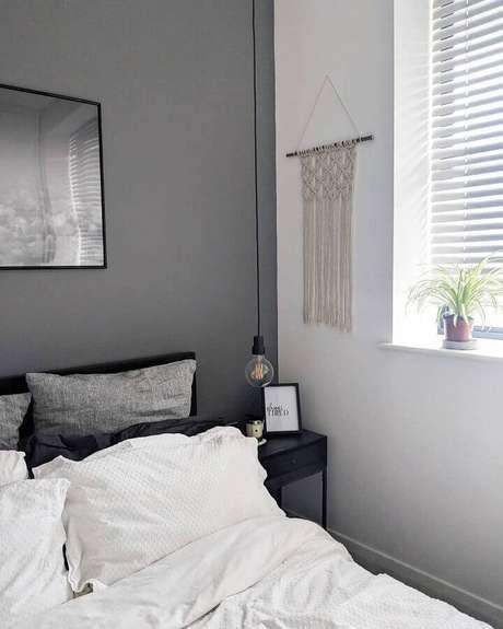 6. Decoração clean para quarto com parede cinza e pendente minimalista – Foto: Le Blanc Le Noir