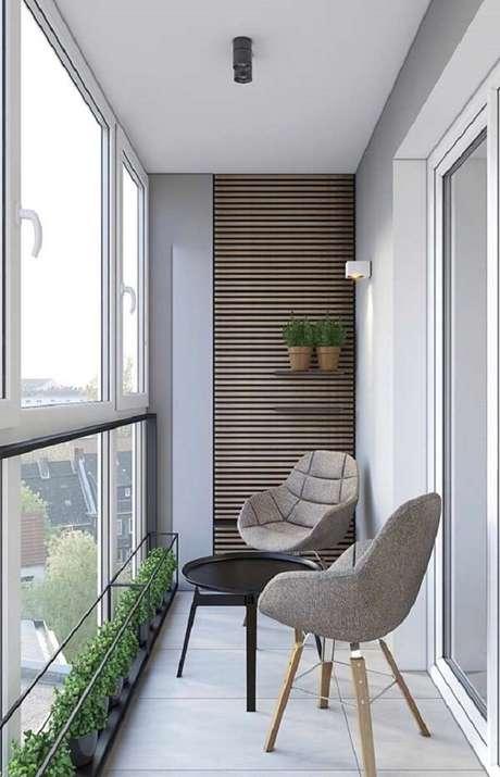 43. Decoração moderna com poltrona e mesa para sacada pequena, móveis para varanda indispensáveis – Foto: Pinterest