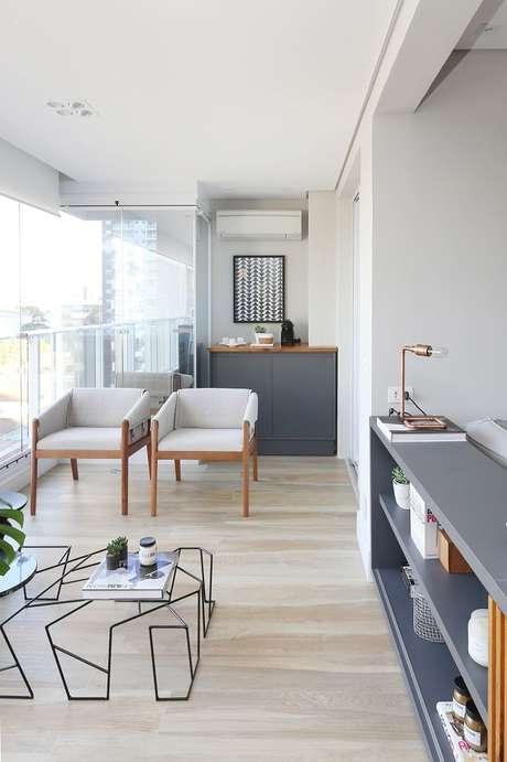 44. Decoração moderna em tons de bege e cinza com poltrona branca, são móveis para varanda lindos – Foto: Degradê Decoração