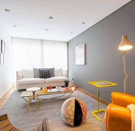 19. Sala simples com decoração clean com parede cinza – Foto: Casa 2 Arquitetos