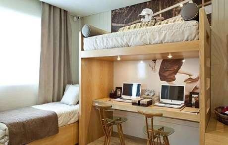 26. Decoração de quarto de solteiro com beliche com escrivaninha embaixo.