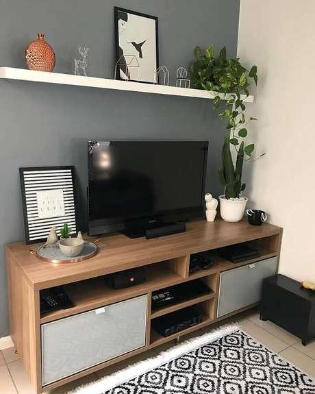 21. Decoração simples para sala com parede cinza e rack de madeira – Foto: Blog Edge Mendes