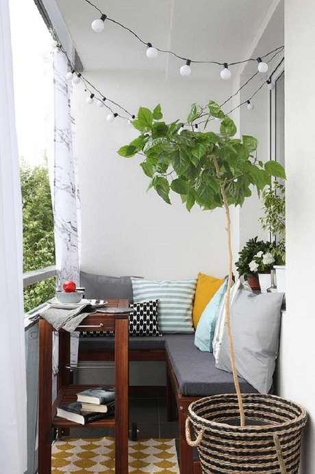 9. Móveis para varanda pequena com canto alemão e mesa de madeira – Foto: BaoXayDung