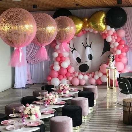 22 – Espaço de lanche para as crianças com decoração em tons de rosa e preto. Fonte: Shop Festa
