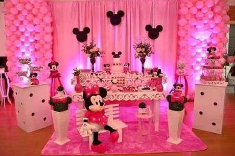 19 – Decoração da Festa da Minnie rosa com móveis em branco. Fonte: Pinterest