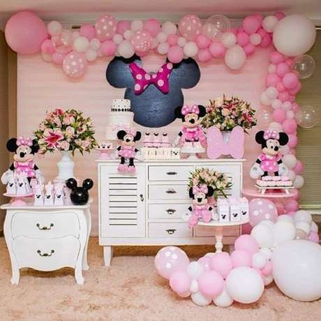 25 – Para festa da Minnie rosa utilize uma cômoda como base de apoio para o bolo e os docinhos. Fonte: Fazendo a nossa festa