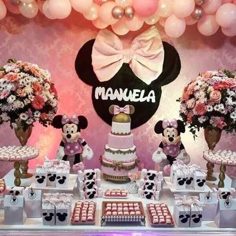 92 – Flores que complementam a decoração da mesa do bolo. Fonte: Tua Casa