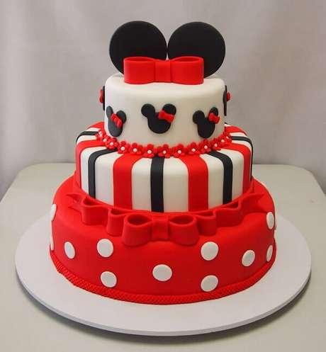 85 – Bolo de pasta americana em andares para festa da Minnie. Fonte: Elsa bolos e doces