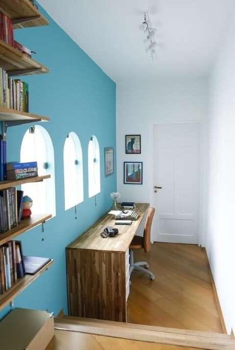 21. A parede azul Tiffany deixa o home office com uma aparência menos séria. Projeto de Buji
