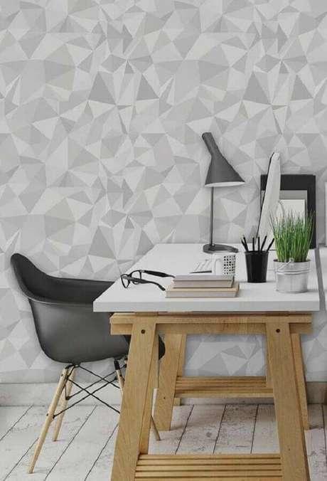 22. Home office decorado com papel de parede cinza claro – Foto: Pinterest