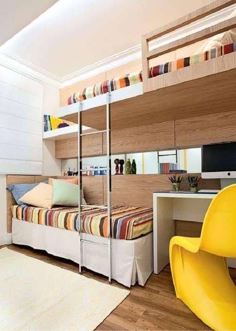 62. Invista em um quarto que tenha uma beliche com escrivaninha. Fonte: Pinterest