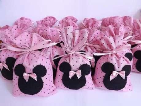 36 – Para lembrancinhas da festa da Minnie rosa aposte em sacolinha com doces. Fonte: Decor Fácil
