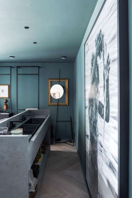 23. Lavabo com paredes e teto azul Tiffany. Projeto de Triart Arquitetura