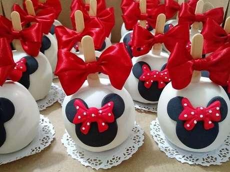 68 – Maça de chocolate decorada para festa da Minnie. Fonte: Elo 7