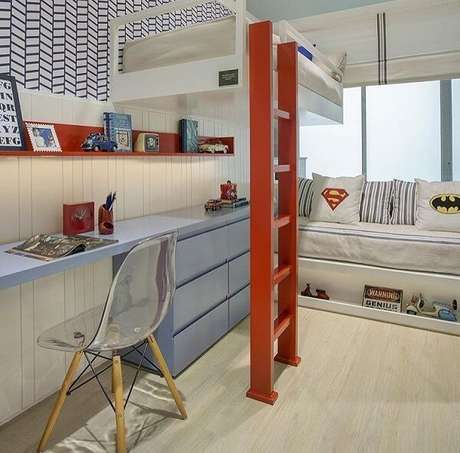 63. Maximize o espaço incluindo uma beliche com escrivaninha. Fonte: Pinterest